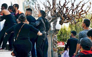 Επεισόδια σημειώθηκαν χθες στα δικαστήρια Κορίνθου, όπου μετήχθη 35χρονος ο οποίος κατηγορείται ότι πυροβόλησε και σκότωσε 52χρονο Ρομά, επίδοξο διαρρήκτη. Συγγενείς και φίλοι του θύματος επιχείρησαν να εισβάλουν στα δικαστήρια.