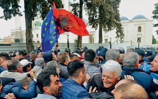 Υποστηρικτές της αλβανικής αντιπολίτευσης συγκρούονται με την αστυνομία κατά τη διάρκεια  αντικυβερνητικών διαδηλώσεων μπροστά από τη Βουλή στα Τίρανα. Στη συνέχεια προσπάθησαν  να εισβάλουν στο κτίριο, αλλά απωθήθηκαν από τις ειδικές δυνάμεις της αστυνομίας.