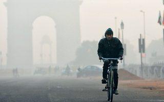 Το Νέο Δελχί «κατέκτησε» τον διόλου ζηλευτό τίτλο της πιο μολυσμένης πρωτεύουσας του κόσμου, με την Ντάκα του Μπανγκλαντές να ακολουθεί. Η ρύπανση του αέρα στο Νέο Δελχί οφείλεται στα καυσαέρια αυτοκινήτων και βιομηχανίας, αλλά και στην ανεξέλεγκτη καύση απορριμμάτων.