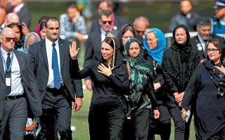 Τη μουσουλμανική προσευχή της Παρασκευής παρακολούθησε η πολιτειακή ηγεσία της Νέας Ζηλανδίας, τηρώντας δύο λεπτών σιγή στη μνήμη των θυμάτων της επίθεσης εναντίον δύο ισλαμικών τεμενών την περασμένη εβδομάδα στο Κράισττσερτς, με 50 νεκρούς.