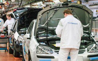 Η μετοχή της Fiat έκλεισε με άνοδο 5% και αυτή της Peugeot με άνοδο 2,74%. Θετικά λειτούργησε για τον κλάδο και η σύσταση της Bank of America Merrill Lynch για αγορά επιλεγμένων μετοχών αυτοκινητοβιομηχανιών, μεταξύ άλλων των Volkswagen, Daimler, Porsche, κόντρα στην πορεία της αγοράς.