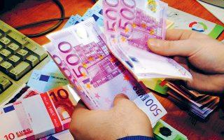 Το ευρώ υποχωρούσε από την αρχή της συνεδρίασης, αφού μετά τις πρόσφατες δηλώσεις στελεχών της ΕΚΤ έχει επικρατήσει στην αγορά η προσδοκία ότι επίκειται νέος γύρος φθηνών δανείων προς τις ευρωπαϊκές τράπεζες. Το βράδυ κυμαινόταν γύρω στο 1,1292 δολ.