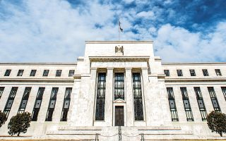 Εν μέσω γενικότερης αποδυνάμωσης του δολαρίου τις τελευταίες ημέρες, ενόψει της συνεδρίασης της Ομοσπονδιακής Τράπεζας (Fed) την επόμενη εβδομάδα, κέρδη σημείωσε και το ευρώ έναντι του αμερικανικού νομίσματος.