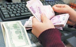 Η αιτία της στροφής σε δολάρια δεν είναι άλλη από την ελεύθερη πτώση που γνώρισε η τουρκική λίρα το περασμένο έτος, όταν έχασε το 40% της αξίας της έναντι του δολαρίου και διολίσθησε στα χαμηλότερα επίπεδα από το 2001. Την ευθύνη έφερε σε μεγάλο βαθμό η κυβέρνηση Ερντογάν, που παρενέβαινε στο έργο της κεντρικής τράπεζας εμποδίζοντας την αύξηση των επιτοκίων.