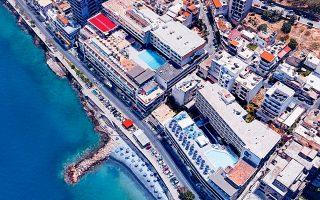 Τα ξενοδοχεία Coral και Hermes, τριών και τεσσάρων αστέρων αντίστοιχα σήμερα, βρίσκονται στον κόλπο του Μιραμπέλου, επί της λεωφόρου Ακτής Κούνδουρου, εντός του αστικού ιστού της πόλης του Αγίου Νικολάου στο Λασίθι.