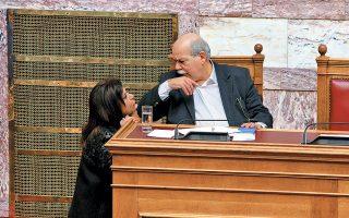 Δεν είναι καθόλου σωστό αυτό που κάνει ο N. Βούτσης. Είναι απρεπές για τον πρόεδρο της Βουλής να απωθεί με τον αγκώνα την κ. Μεγαλοοικονόμου, η οποία έχει χυμήξει επάνω του για να παίξει. Για τέτοιες περιπτώσεις, θα πρέπει να έχει πάντα κάτι πρόχειρο κάτω από το έδρανο, ας πούμε μια τυρόπιτα, ένα κρουασάν περιπτέρου, φιστίκια, μπισκότα, τέτοια. Αλλά –και είναι βασικό αυτό– να μην τα τρώει ο ίδιος...