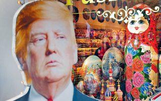 Πορτρέτο του Αμερικανού προέδρου Ντόναλντ Τραμπ φιγουράρει πλάι σε παραδοσιακές ρωσικές κούκλες, στη βιτρίνα καταστήματος με σουβενίρ για τουρίστες στο κέντρο της Μόσχας.