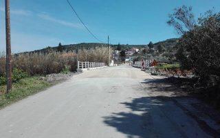 dothike-stin-kykloforia-i-gefyra-ston-platania-fotografies-2303820