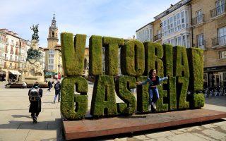 Στην Plaza de la Virgen Βlanca, το όνομα της πόλης είναι γραμμένο και στα καστιγιάνικα και στα βάσκικα. (Φωτογραφία: Getty Images/Ideal Image)