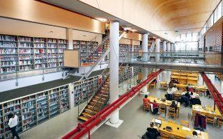 Στη Νέα Βιβλιοθήκη της Φιλοσοφικής Αθηνών βρίσκεται ένας θησαυρός με 500.000 βιβλία, παπύρους και χειρόγραφα, 20.000 σπάνιες και πολύτιμες εκδόσεις, 4.000 τεκμήρια συλλογής οπτικοακουστικού και φωτογραφικού υλικού, με εκδόσεις που χρονολογούνται από τον 16ο αιώνα μέχρι και σήμερα. ΝΙΚΟΣ ΚΟΚΚΑΛΙΑΣ