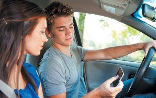 Νεαροί που οδηγούν γρήγορα για να εντυπωσιάσουν μια κοπέλα είναι ένα από τα «είδη» των ανήλικων παραβατών του ΚΟΚ που παρακολουθούν τα ειδικά σεμινάρια οδικής ασφάλειας. Η χρήση κινητών κατά την οδήγηση ή η κατανάλωση αλκοόλ είναι οι πιο συνηθισμένοι «διασπαστές προσοχής». SHUTTERSTOCK