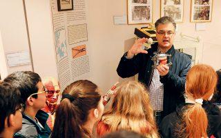 Ο καθηγητής Δημήτρης Κουτρούμπας δείχνει σε μαθητές τον τρόπο κατασκευής προσθετικών δοντιών στο Μουσείο της Οδοντιατρικής Σχολής.