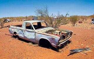 Η Μεγάλη Ξηρασίαδιήρκεσε από το 2003 έως το 2012, καταστρέφοντας την ενδοχώρα τηςΑυστραλίας. Σε αυτήτην αποπνικτικήατμόσφαιραπου τρελαίνει τους ανθρώπους στήνει το σκηνικό του βιβλίου της η Τζέιν Χάρπερ.