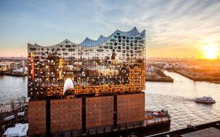 Το κτίριο της Φιλαρμονικής του  Αμβούργου μοιάζει να πλέει στα νερά του Έλβα. (Φωτογραφία: Thies Raetzke/laif)