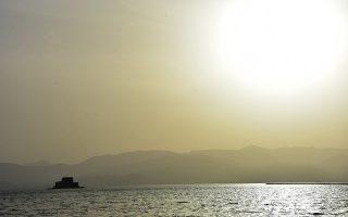 H καστρονησίδα Μπούρτζι στο Ναύπλιο καλυμμένη από Αφρικάνικη σκόνη, Πέμπτη 14 Απριλίου 2016. Ηλιοφάνεια επικράτησε σε ολόκληρη την Αργολίδα με άνοδο της θερμοκρασίας. Οι νοτιάδες που έπνεαν μετέφεραν σκόνη από την Αφρική. ΑΠΕ-ΜΠΕ/ΑΠΕ-ΜΠΕ/ΜΠΟΥΓΙΩΤΗΣ ΕΥΑΓΓΕΛΟΣ
