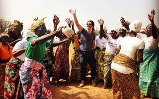 O Χριστόφορος Παπακαλιάτης  σε παραδοσιακό χορό στην Γκάνα. Φωτογραφίες: Κοσμάς Κουμιανός