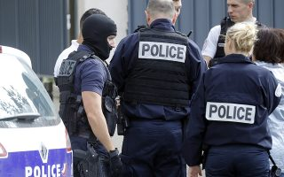 epa06187960 Police conduct a counter-terrorism operation in the suburb of Villejuif, South of Paris, France, 06 September 2017. Bomb-making components were found in an apartment, sparking a counter-terrorist police raid in the Paris suburb of Villejuif, and subsequent arrest of two individuals in a van in nearby Kremlin-Bicetre.  EPA/ETIENNE LAURENT