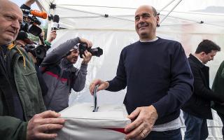 Ο Νίκολα Ζινγκαρέτι, νικητής των εσωκομματικών εκλογών του Δημοκρατικού Κόμματος (PD) την στιγμή που «ρίχνει» την ψήφο του. (EPA/ANGELO CARCONI)