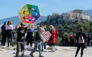 Κόσμος έχει μαζευτεί στον στο λόφο του Φιλοπάππου για να πετάξει χαρταετό Καθαρή Δευτέρα 11 Μαρτίου 2019. Με σύμμαχο τον καλό καιρό και τον κατάλληλο αέρα πολλοί κάτοικοι και επισκέπτες της Αθήνας ανέβηκαν στο λόφο της Πνύκας και του Φιλοπάππου για το παραδοσιακό πέταγμα του Χαρταετού, γιορτάζοντας την Καθαρή Δευτέρα με καλλιτεχνικές εκδηλώσεις που είχε προγραμματίσει ο Δήμος της Αθήνα. ΑΠΕ-ΜΠΕ/ΑΠΕ-ΜΠΕ/Παντελής Σαίτας