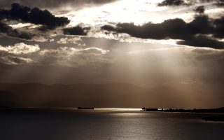 Ακτίνες του ήλιου διαχέονται μέσα από σύννεφα και φωτίζουν πλοία στα Μέγαρα Αττικής, το απόγευμα της Δευτέρας 25 Νοεμβρίου 2013. ΑΠΕ-ΜΠΕ/ΑΠΕ-ΜΠΕ/ΑΛΚΗΣ ΚΩΝΣΤΑΝΤΙΝΙΔΗΣ