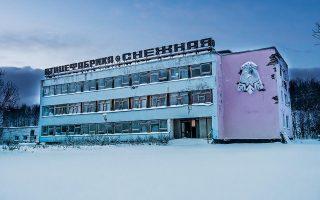 Αναζητώντας χώρους που θα μπορούσαν να μοιάζουν με εξωτερικό νοσοκομείου, έπεσαν πάνω σε αυτό το αποκλεισμένο κτίριο σοβιετικής αισθητικής. Τα έντονα χρώματα στα κτίρια συνηθίζονταν για να ξεχωρίζουν στο λευκό του χιονιού. Φωτογραφίες: Δημήτρης Αποστόλου
