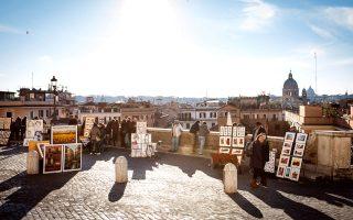 Γύρω από την Piazza di Spagna οι καλλιτέχνες του δρόμου πωλούν τα έργα τους. (Φωτογραφία: Markus Hintzen/laif)