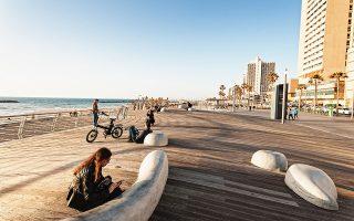 H παραλία Frisman είναι η πιο δημοφιλής για μπάνιο και βόλτες στο Τελ Αβίβ. (Φωτογραφία: Thomas Linkel/laif)