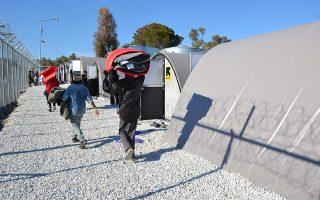 Πρόσφυγες και μετανάστες στο πλέον βορειοδυτικό τμήμα στη Μόρια της Λέσβου μεταφέρουν τα πραγματά τους στην κατασκευή ενός νέου σύγχρονου τμήματος του καταυλισμού από Δανέζικα «life shelters» (καταφύγια), κατασκευές δηλαδή θερμαινόμενες που στήθηκαν σε ένα τμήμα που λόγω της ιδιομορφίας του εδάφους και που πιστεύονταν πως δεν μπορούσε να αξιοποιηθεί για άλλο λόγο εκτός από στήσιμο σκηνών, Τετάρτη 1 Φεβρουαρίου 2017. Ο υπουργός μεταναστευτικής πολιτικής Γιάννης Μουζάλας με τον αντιπρόσωπο της Ύπατης Αρμοστείας του ΟΗΕ για τους πρόσφυγες Φιλίπ Λεκλέρ επισκέφθηκαν το χοτ σποτ της Μόριας συντονίζοντας τις προσπάθειες. ΑΠΕ ΜΠΕ/ΑΠΕ ΜΠΕ/STR