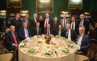 Στη φωτογραφία που δημοσιεύει αποκλειστικά η «Κ» διακρίνονται καθιστοί (από αριστερά): ο Μπάιρον Βιν, αντιπρόεδρος της Blackstone, ο Λέον Μπλακ, CEO και ιδρυτής της Apollo Global, ο Λούις Μπέικον, της Moore Capital, ο οικοδεσπότης Στέλιος Ζαββός, CEO και ιδρυτής της Zeus Capital Management, ο Τζον Πόλσον της Paulson & Co, ο Μπιλ Ακμαν, CEO και ιδρυτής του Pershing Square Capital και ο Μάρτιν Ιντικ του CFR. Ορθιοι από αριστερά είναι οι: Τιερί Πορτέ της JC Flowers, Πράκας Μελβάνι της Blackstone, Ρόμπερτ Χόρματς της Goldman Sacks, Αριάνα Χάφινγκτον, Μαρκ Τόμσον, Τζόζεφ Στίγκλιτς, Εντμουντ Φελπς, Νουριέλ Ρουμπινί και Ανατόλ Καλέτσκι της Gavekal.