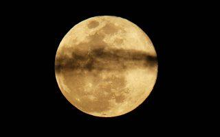 A full moon rises through clouds near Encinitas, California, U.S., March 20, 2019.  REUTERS/Mike Blake