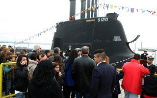 Κόσμος επισκέπτεται το υποβρύχιο του Πολεμικού Ναυτικού «Παπανικολής», που βρίσκεται στο λιμάνι της Θεσσαλονίκης στα πλαίσια των εκδηλώσεων της Επετείου της απελευθέρωσης της Θεσσαλονίκης και της 28ης Οκτωβρίου. Θεσσαλονίκη, Δευτέρα 27 Οκτωβρίου 2014 ΑΠΕ ΜΠΕ/PIXEL/ΜΠΑΡΜΠΑΡΟΥΣΗΣ ΣΩΤΗΡΗΣ