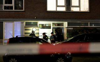 Αστυνομικοί μπροστά από το κτίριο όπου συνελήφθη ο δράστης. (REUTERS/Piroschka van de Wouw)