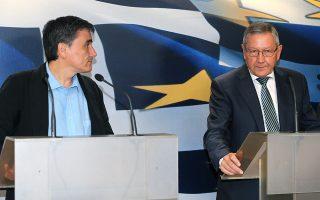 Ο υπουργός Οικονομικών Ευκλείδης Τσακαλώτος (Α) και ο  επικεφαλής του Ευρωπαϊκού Μηχανισμού Σταθερότητας ( ESM ) Κλάους Ρέγκλινγκ (Δ)  κάνουν  δηλώσεις στα ΜΜΕ μετά τη συνάντηση που είχαν  στο υπουργείο Οικονομικών, στην Αθήνα, Τρίτη 21 Ιουνίου 2016. Με τον επικεφαλής του Ευρωπαϊκού Μηχανισμού Σταθερότητας συναντήθηκε ο υπουργός Οικονομικών Ευκλείδης Τσακαλώτος στο υπουργείο του. ΑΠΕ-ΜΠΕ/ΑΠΕ-ΜΠΕ/ΠΑΝΤΕΛΗΣ ΣΑΪΤΑΣ