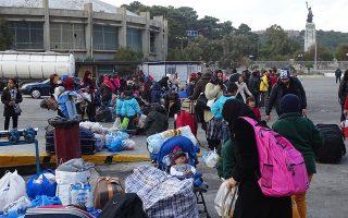 256 πρόσφυγες και μετανάστες, περιμένουν να μπουν στο πλοίο