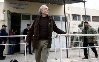 O καταδικασμένος σε 11 φορές ισόβια Δημήτρης Κουφοντίνας, μία από τις έξι φορές που βγήκε με άδεια από τη φυλακή. Πήγαινε στο σπίτι του στον Βαρνάβα, διασκέδαζε σε ταβέρνες, ενώ έκανε και βόλτα στο κέντρο της Αθήνας – εκεί όπου δολοφονήθηκαν κάποια από τα 27 θύματα της «17 Νοέμβρη». INTIME NEWS
