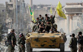 Μαχητές των «Συριακών Δημοκρατικών Δυνάμεων» πανηγυρίζουν την απελευθέρωση της Ράκα από τις δυνάμεις του Ισλαμικού Κράτους. Φωτογραφία αρχείου. (REUTERS/Erik De Castro)