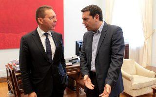 Σύμφωνα με όσα γράφει στο βιβλίο του ο πρώην υπουργός Οικονομικών Γιάνης Βαρουφάκης, ο Αλέξης Τσίπρας διαβεβαίωνε τους συνεργάτες του πως το πρώτο που θα έκανε όταν θα γινόταν πρωθυπουργός θα ήταν «να διώξει με τις κλωτσιές» τον διοικητή της ΤτΕ Γιάννη Στουρνάρα (φωτ. από συνάντησή τους λίγο πριν ανέλθει στην εξουσία ο ΣΥΡΙΖΑ). ΑΠΕ-ΜΠΕ / ΠΑΝΤΕΛΗΣ ΣΑΪΤΑΣ