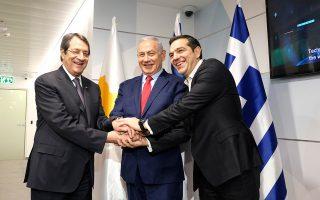 Στιγμιότυπο από προηγούμενη συνάντηση μεταξύ Νίκου Αναστασιάδη, Μπέντζαμιν Νετανιάχου και Αλέξη Τσίπρα. Στην τριμερή της ερχόμενης Τετάρτης στην Ιερουσαλήμ αναμένεται να συζητηθούν θέματα ασφάλειας, ενέργειας και νέων τεχνολογιών. ΑΠΕ-ΜΠΕ / ΓΡΑΦΕΙΟ ΤΥΠΟΥ ΠΡΩΘΥΠΟΥΡΓΟΥ / ANDREA BONETTI
