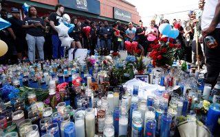 Θαυμαστές του Νίπσεϊ Χασλ συγκεντρώνονται στο αυτοσχέδιο μνημείο, στο σημείο που δολοφονήθηκε στο Λος Αντζελες.