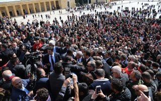 Ο νικητής των δημοτικών εκλογών στην Κωνσταντινούπολη Εκρέμ Ιμάμογλου επευφημείται από οπαδούς του αντιπολιτευόμενου κόμματος CHP καθώς κατευθύνεται προς το μαυσωλείο του Κεμάλ Ατατούρκ στην Αγκυρα.