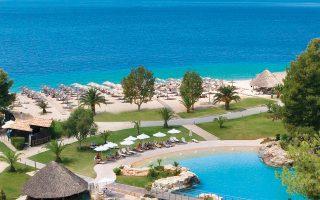 Μειώνονται συνεχώς οι Ελληνες πελάτες των ξενοδοχείων στη χώρα μας την τελευταία δεκαετία, την ώρα που η μέση τιμή διάθεσης δίκλινου δωματίου τον Μάιο αυξανόταν με μέσο ετήσιο ρυθμό 1,8%. Είναι χαρακτηριστικό ότι στη διάρκεια του 2018 το 84% των διανυκτερεύσεων έγινε από ξένους επισκέπτες.