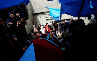 Συγγενείς συνοδεύουν τη σορό του Παλαιστίνιου Μοχάμεντ Εντβάν, που έπεσε νεκρός χθες στη Ραμάλα.