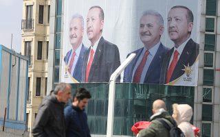 Γιγαντοαφίσες απεικονίζουν τον Ερντογάν και τον κυβερνητικό υποψήφιο Γιλντιρίμ με το πρόωρο, όπως αποδείχθηκε, σύνθημα «Σε ευχαριστούμε Κωνσταντινούπολη».