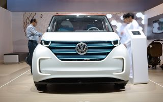Στους δρόμους του Αμβούργου η VW δοκιμάζει πέντε ηλεκτρικά μοντέλα Golf. Εχουν ειδικό σύστημα ασφαλούς αυτόνομης οδήγησης, σαρωτές, αισθητήρες, λέιζερ και ραντάρ και κινούνται σε μια απόσταση 3 χιλιομέτρων. Επιπλέον, οι δοκιμές αυτές συνδέονται και συνδυάζονται με πρόγραμμα που καταρτίζει το Αμβούργο και αφορά την τοποθέτηση έξυπνων σηματοδοτών.