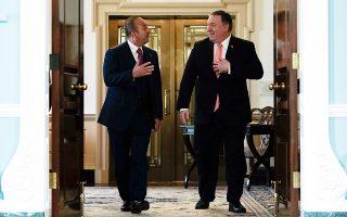 Διπλωματικά χαμόγελα του Μάικ Πομπέο κατά την υποδοχή του Μεβλούτ Τσαβούσογλου. Η συνάντηση των δύο υπουργών Εξωτερικών ήταν λιγότερο θερμή.