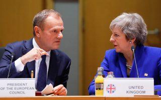 Η πρωθυπουργός της Βρετανίας Τερέζα Μέι και ο πρόεδρος του Ευρωπαϊκού Συμβουλίου Ντόναλντ Τουσκ συνομιλούν στη διάρκεια συνόδου κορυφής της Ευρωπαϊκής Ενωσης, στις Βρυξέλλες, τον περασμένο Νοέμβριο.