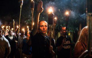 Μέλη ακροδεξιάς οργάνωσης διαδηλώνουν στη Βιρτζίνια τον Αύγουστο του 2017.
