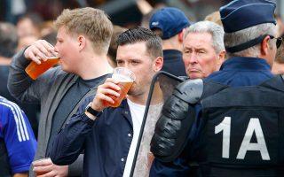 Οπαδός της αγγλικής εθνικής ομάδας πίνει μπίρα έξω από παμπ.