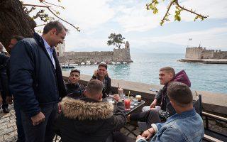 Ο πρόεδρος της Ν.Δ. Κυρ. Μητσοτάκης συνομιλεί με παρέα νεαρών κατά τη διάρκεια της περιοδείας του στην Αιτωλοακαρνανία.