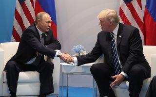 Ο Ρώσος πρόεδρος Βλαντιμίρ Πούτιν με τον Αμερικανό ομόλογό του Ντόναλντ Τραμπ, σε παλαιότερη συνάντησή τους.